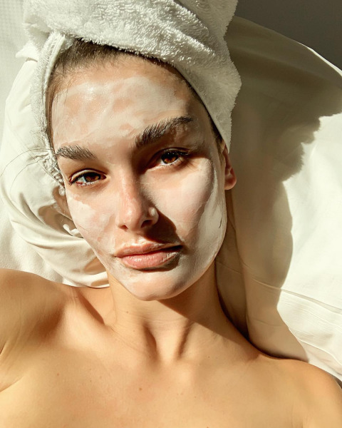 skin-care-mask-model-night-bed
